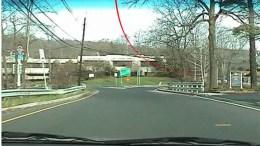 """Nesta imagem vejos o """"cabo virtual"""" vermelho que é projetado indicando que o motorista deve dobrar à direita"""