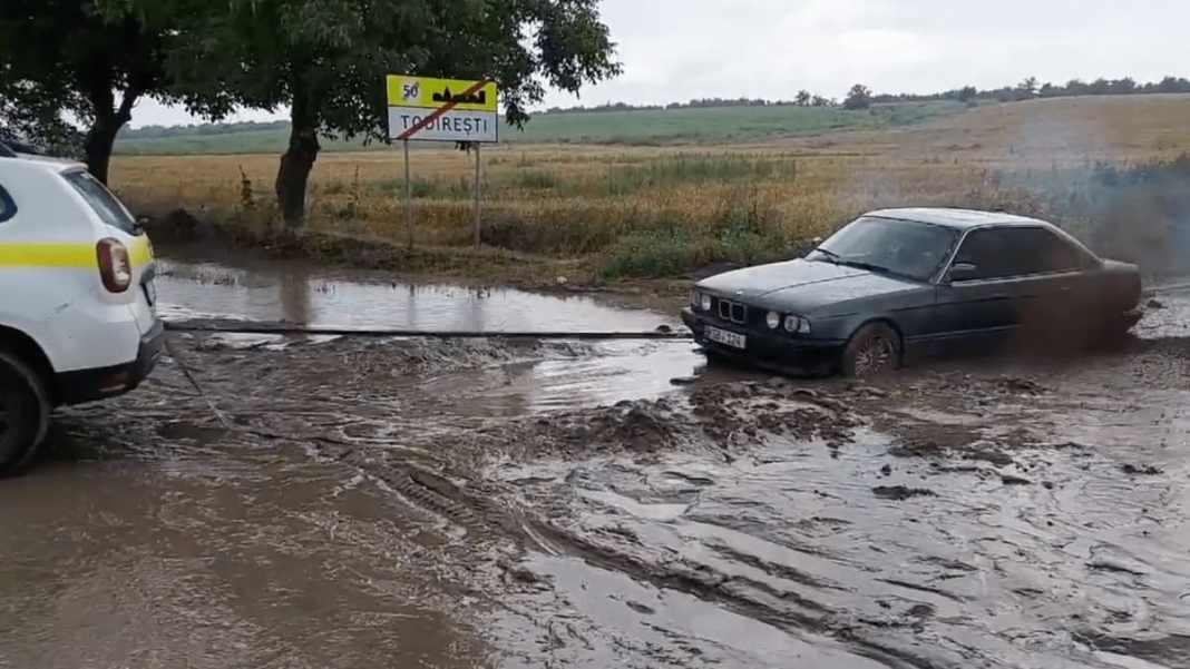 Dacia Duster remorque une BMW embourbée - crédit image Chisinau.fail