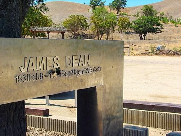 Arbol y memorial dedicados a Dean en el poblado de Cholame