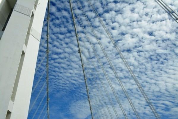Cruzando uno de los puentes atirantados