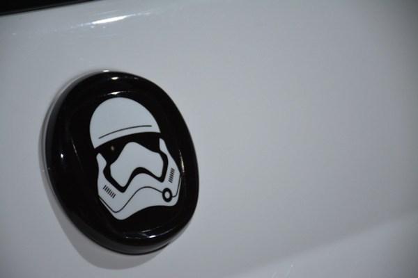 En vez del logo de Fiat, tiene una insignia de los Stormtroopers en la parte trasera, en la parrilla y en el centro del guía.