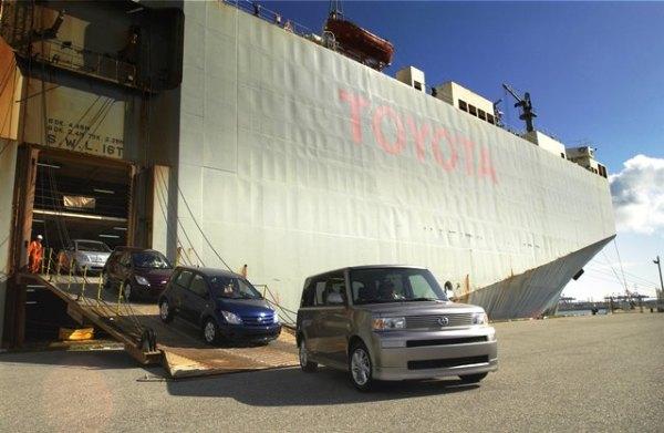 Los primeros Scions. La foto muestra el momento en el 2003 en el que el primer embarque de Scions llega al muelle de Long Beach en California. Liderando el desembarque aparece la primera generación de la xB, el modelo que desató la fiebre inicial de Scion en Estados Unidos y Puerto Rico.