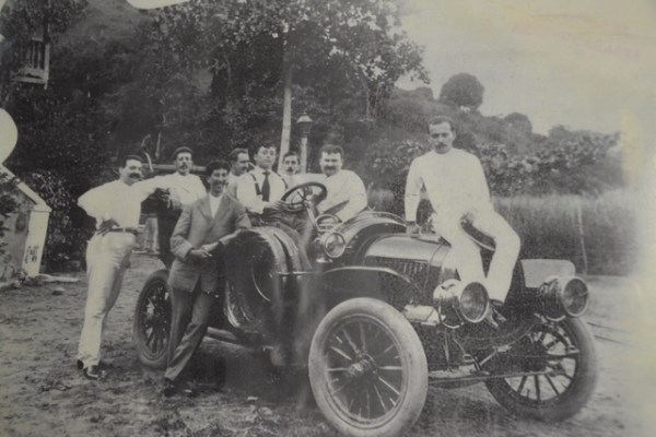 """Foto de 1905 del primer auto Pope Hartford en llegar a Mayagüez. Muy seguramente estuvo entre los primeros automóviles en llegar a Puerto Rico. Al volante se encuentra su importador, identificado únicamente como """"Panzardi"""". Según anotaciones al dorso de la foto, Panzardí estableció con este mismo carro el primer negocio de ventas de autos en Puerto Rico: Foto de la colección de David Ortiz."""