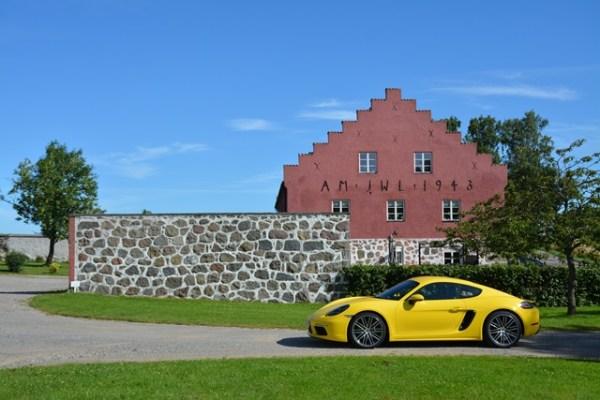 Uno de los cinco vehículos de Porsche que fui a probar a Europa fue el nuevo 718 Cayman. Aquí pueden verlo en un campo en el sur de Suecia. FOTOS: Andrés O'Neill, Jr.