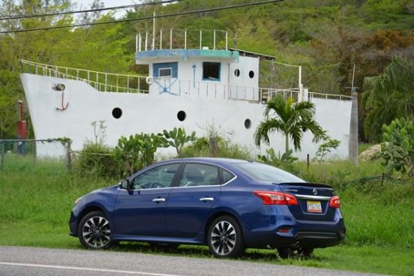 El Sentra en Lajas. Su motor es de cuatro cilindros, 1.8 litros y 130 caballos de fuerza. Tiene un rendimiento de hasta 39 millas por galón en la carretera.