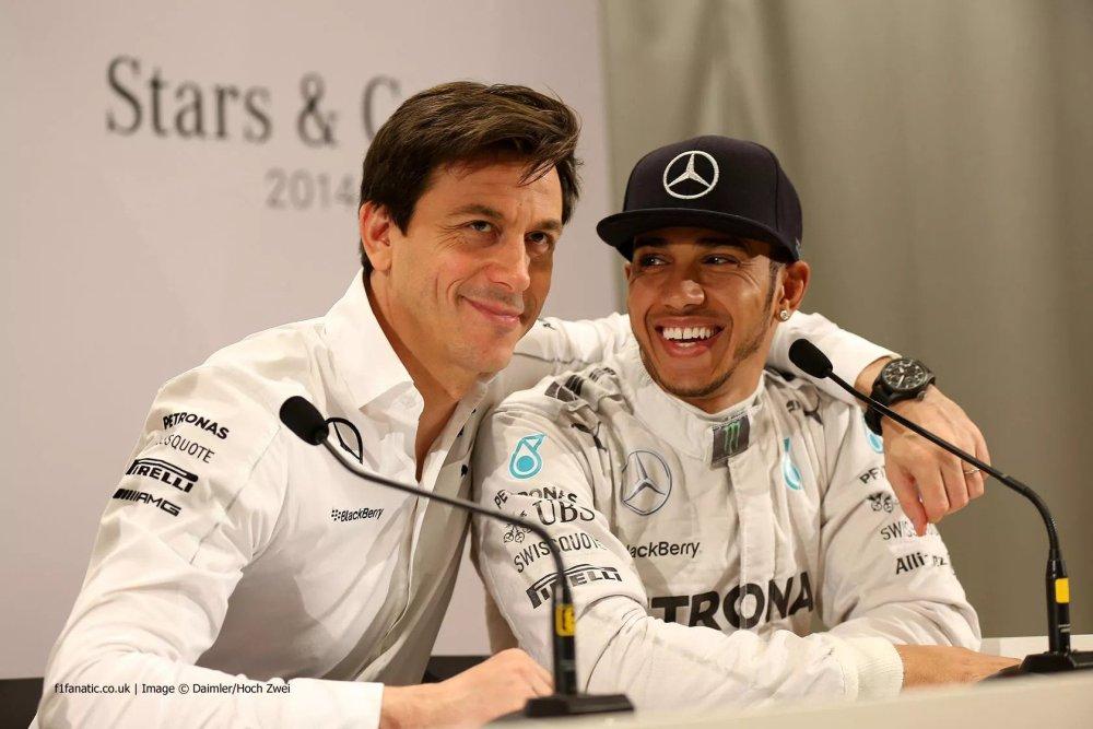 Toto Wolff e Lewis Hamilton, la Mercedes resta fino al 2025
