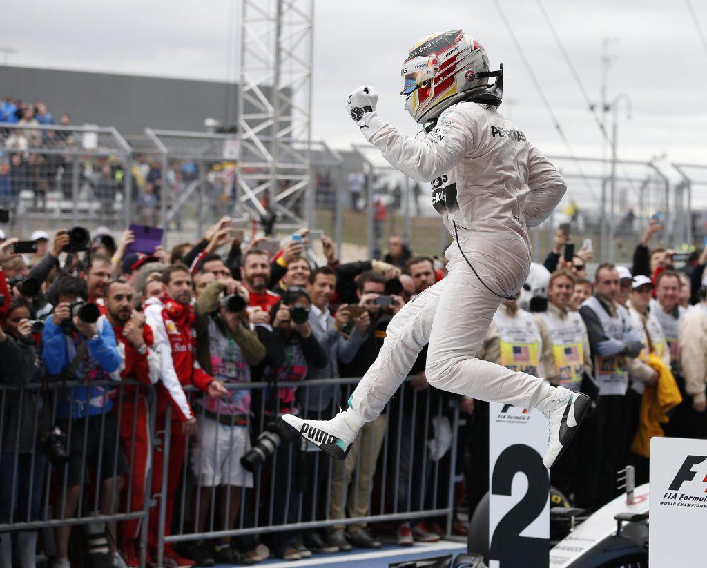 Lewis Hamilton festeggia dopo la vittoria