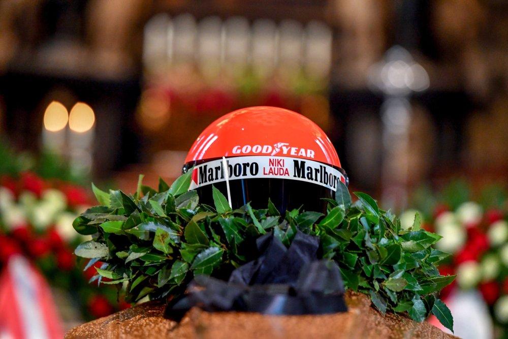 niki lauda casco rosso