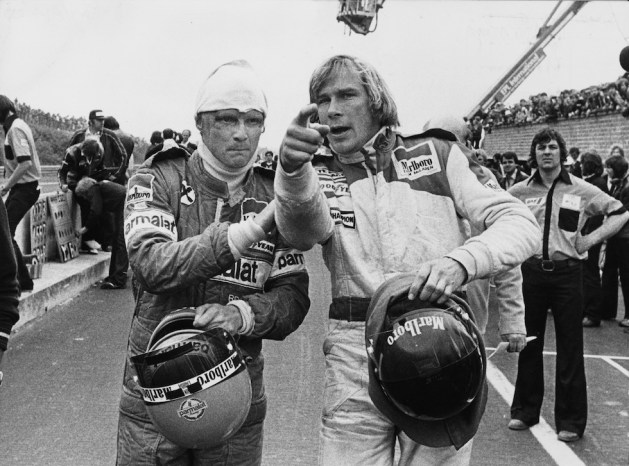 Niki Lauda con James Hunt dopo un incidente al Gran Premio del Belgio del 1978 (Keystone/Getty Images)