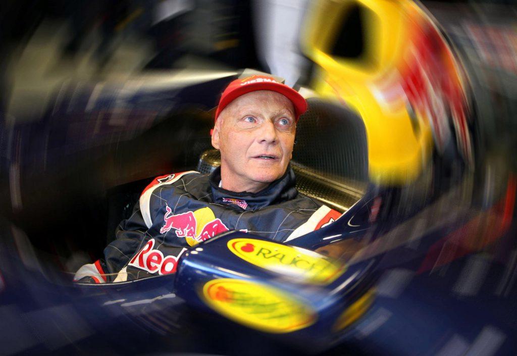 Niki Lauda con una tuta Red Bull, team cui avrebbe voluto fornire un motore Mercedes