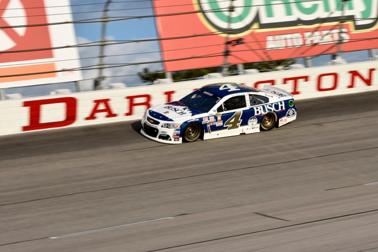 Kevin Harvick (4) running high in turn 2 during the 2016 Southern 500 in Darlington, Sc, Sunday, September 4, 2016.