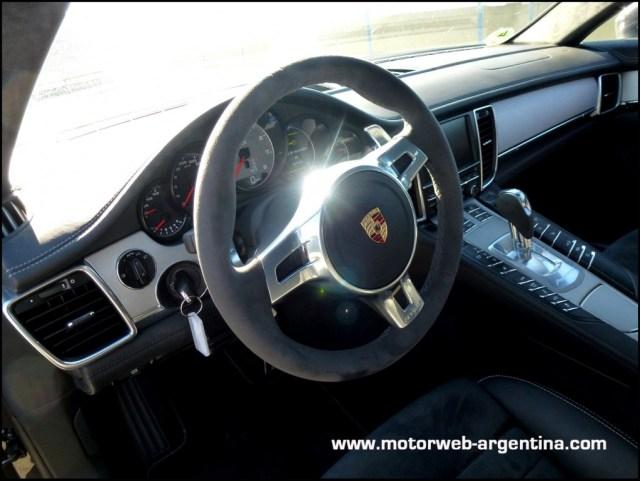 Volante de alcántara y levas de aluminio para dominar al Panamera GTS