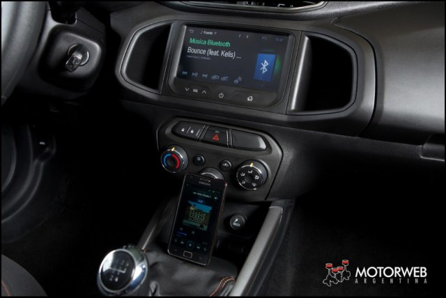 2013-08 TEST Chevrolet Onix Motorweb 25 copy