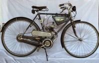 La bicicleta en la que está montado es un Legnano, alcanza una velocidad máxima de alrededor de 45 kilómetros por hora , mientras que el consumo es de aproximadamente 1 litro de mezcla (hasta 9%) cada 70 kilómetros recorridos.