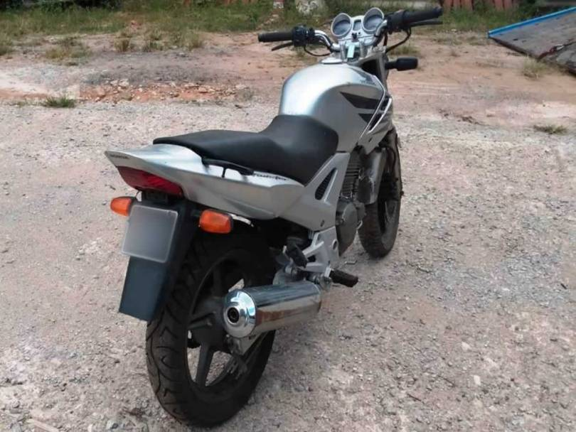 Leilão tem Honda CBX 250 2007 com lance inicial de R$150