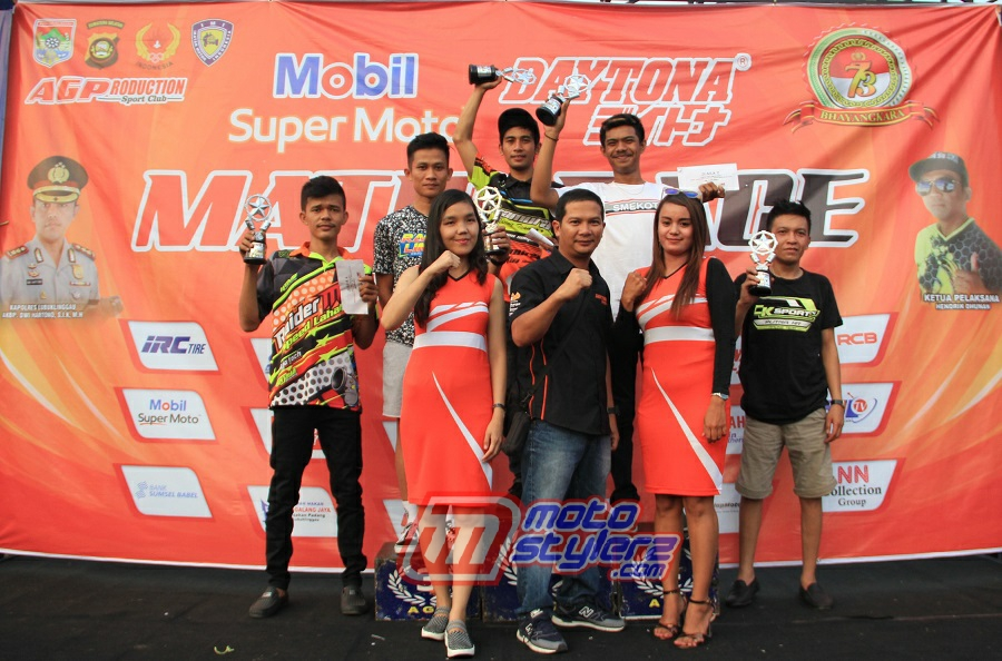 Podium Matic 150 cc TU Open-Diserahkan Ricky Haryadi (GM Product & Marketing Daytona Asia)