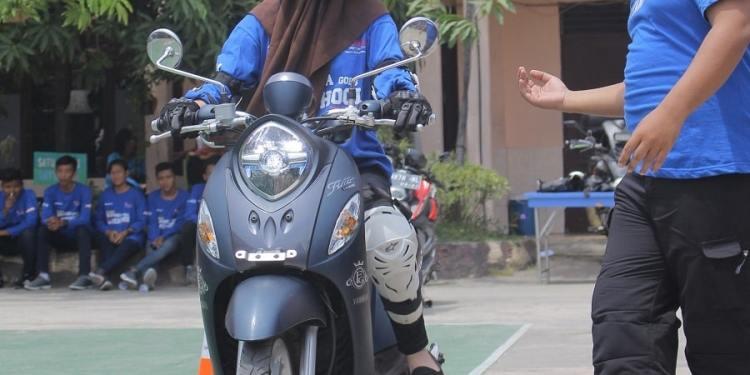 Instruktur Yamaha Riding Academy-Memberikan Guidance Saat Praktek Safety Riding (aktivitas sebelum pandemi Covid-19)