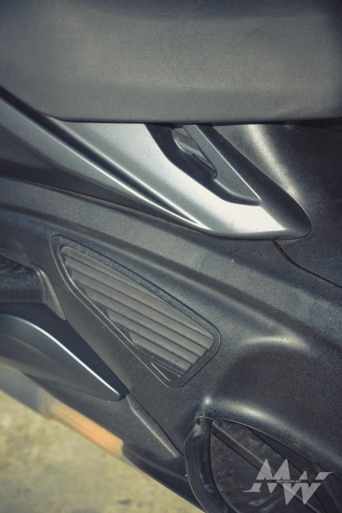 右邊下方的引擎散熱孔也很像汽車的內裝的出風口。