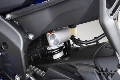 後避震同樣使用KYB懸吊,內部設計經過改良,軸距比上一代短5mm,強化了操控性能。