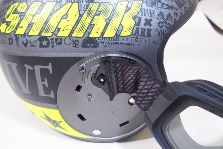 専用設計のゴーグルのバンドはかなり短め。ヘルメット本体に固定できる