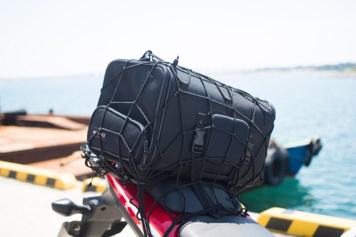 リアシートにはタナックスのバッグが常に装着されている。中には撮影用のカメラや三脚をいれている