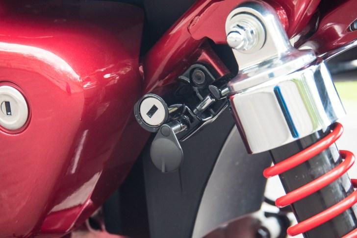車体左側にヘルメットロックを装備