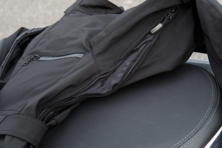 胸、脇、背中のファスナーを開ければ風が抜けて蒸れにくくなる
