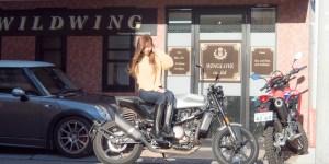 スタッフさんのバイクに跨って写真を撮らせて頂きました
