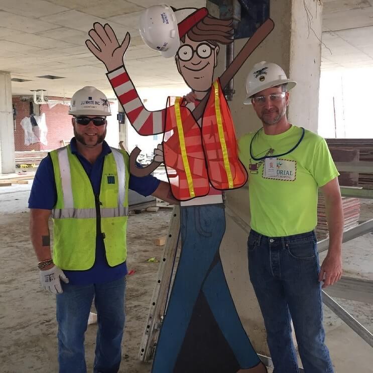 Obrero esconde a Waldo a diario para divertir a niños de un hospital vecino 03