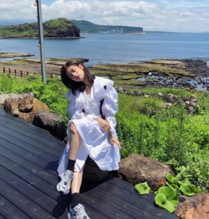 Jeong So-min shows off her beauty that make Jeju island more attractive
