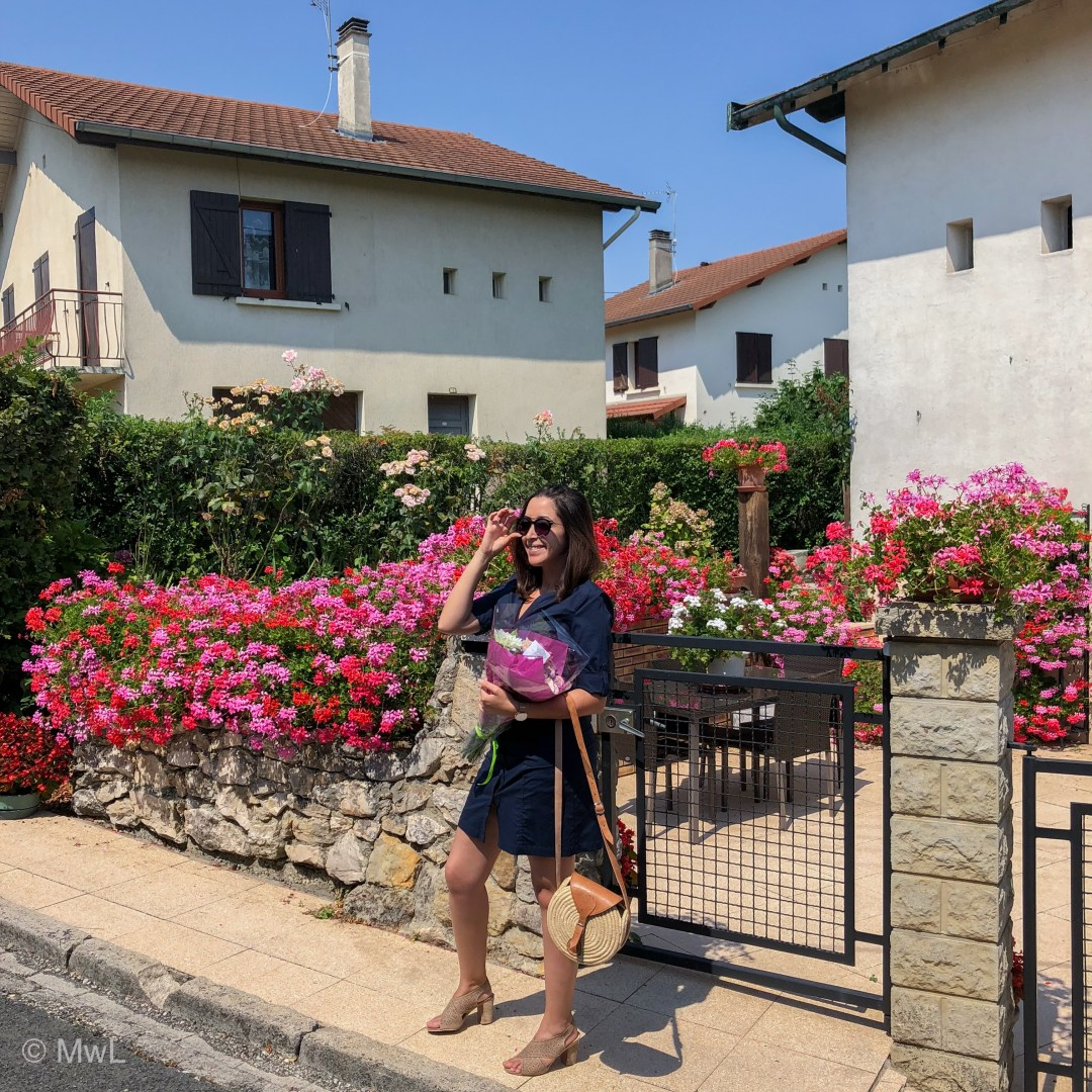des roses et des fleurs sauvages