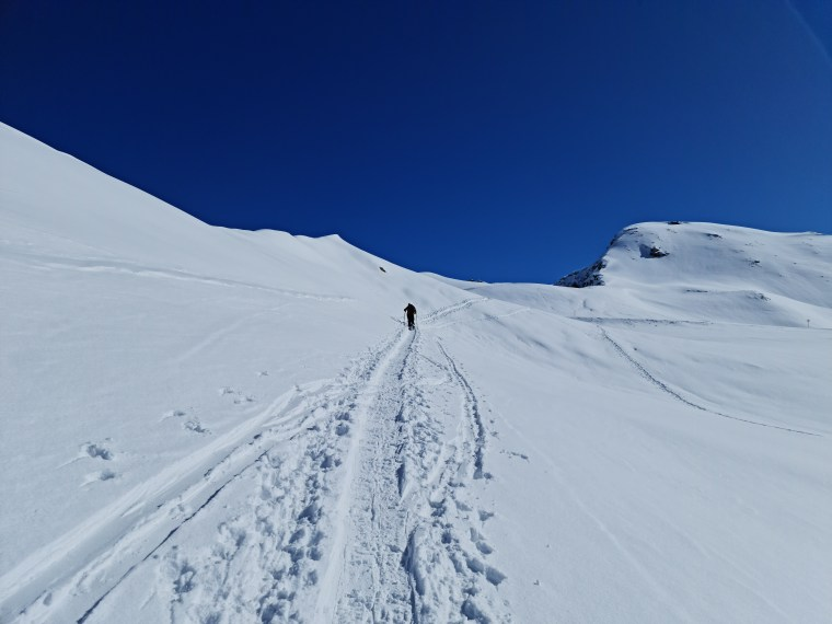 Approaching the north-western ridge leading to the summit of Pischahorn
