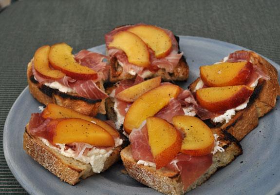 grilled-bruschetta-with-peaches-ricotta-and-prosciutto