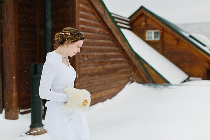 Bride with fur hand warmers | Frozen Winter Utah Mountain Wedding | Meg Ruth Photo