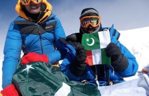 Bandiere italiana e pakistana in vetta foto tamara lunger