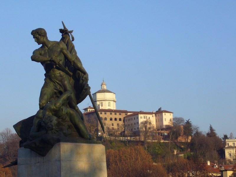 Il Monte dei Cappuccini, con il Museo della Montagna, dalle rive del Po (ph. R. Serafin)