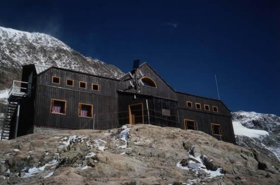 Il rifugio Nacamuli (2818m) al Col Collon in val Pelline interamente ricostruito nel 1994 con una struttura in blocchi alleggeriti e legno lamellare