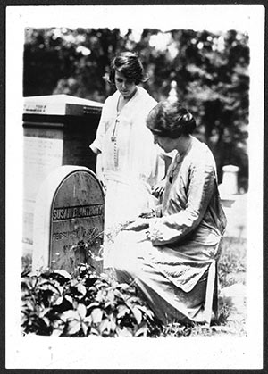 Anita Pollitzer and Alice Paul at the grave of Susan B. Anthony in Rochester, NY. Credit: Library of Congress, Records of the National Woman's Party Collection hdl.loc.gov/loc.mss/mnwp.276047.