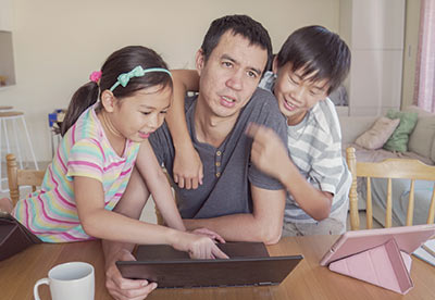 A dad working at home with his kids during the pandemic.