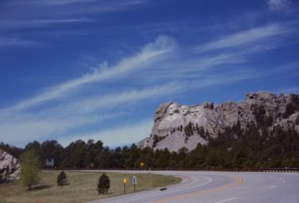Pomnik jest podobno widoczny z odległości 100 kilometrów.