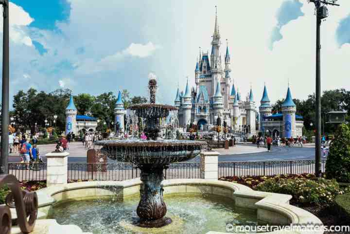 Make your Disney dining experience a little less damaging to your waistline! Eating healthy at Disney World is easier with these healthy eating tips. #disneyworld #disney #health