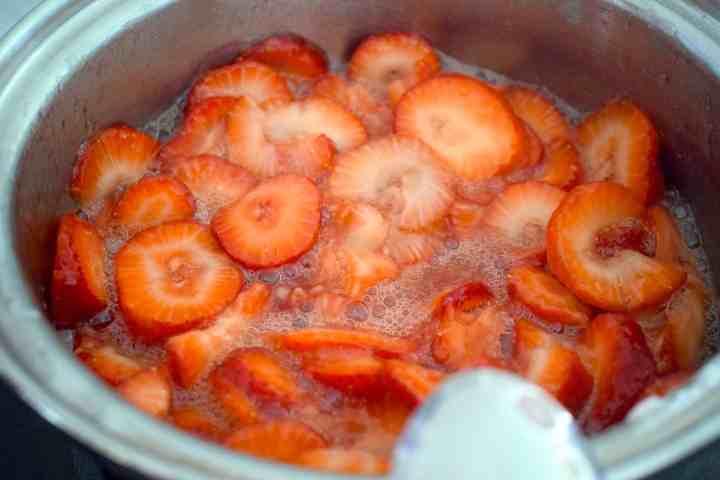 making sugar free strawberry sauce