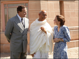 """Hugh Bonneville and Gillian Anderson and Neeraj Kabi in """"Viceroy's House"""""""