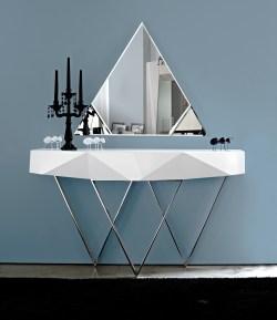 Consola em lacado alto brilho branco com pé em inox. Peças de mobiliário que transformam os ambientes.