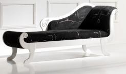 Chaiseloungue estofada a tecido com estrutura em lacado alto brilho branco. Personalizamos os nossos artigos.