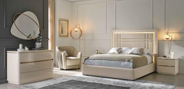 Cama Casal estofada com Led´s, mobiliário em lacado alto brilho pérola e dourado.Transforme o seu quarto num Quarto de Sonho!