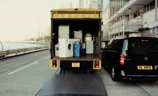 Umzugswagen transportiert Waschmaschine