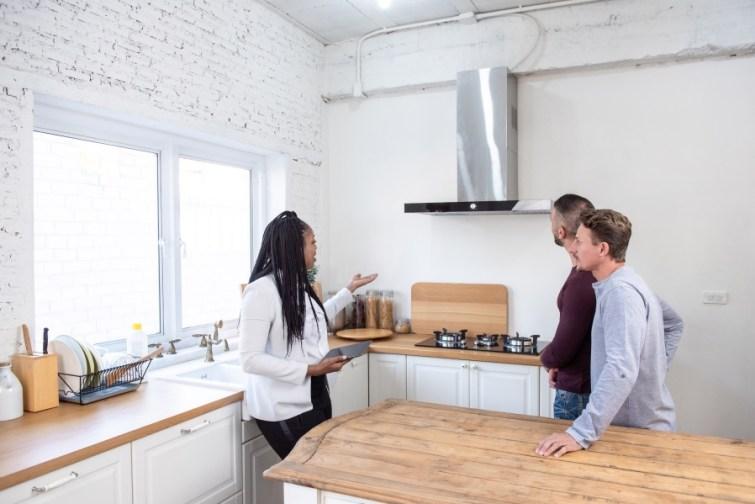 Paar kauft Eigentumswohnung mit Makler