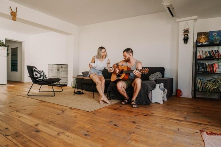 Pärchen auf Couch mit Gitarre, die perfekte MIeter für diese Wohnung