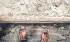 Umzugsschaden: Zwei Fusse mit gebrochenen Glas